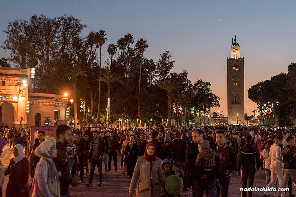 Atardece en la plaza Yamaa el Fna de Marrakech (Marruecos)