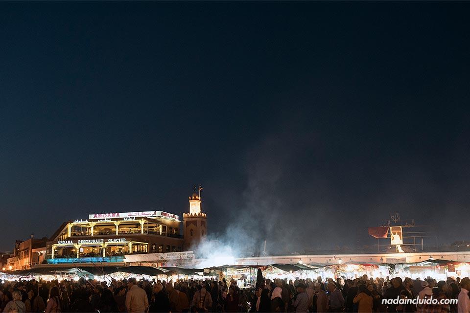 Noche en la plaza Yamaa el Fna de Marrakech (Marruecos)