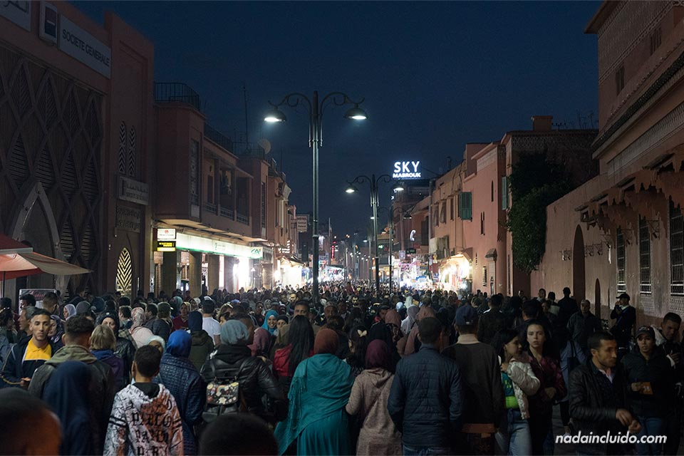 Noche en las calles del centro de Marrakech (Marruecos)