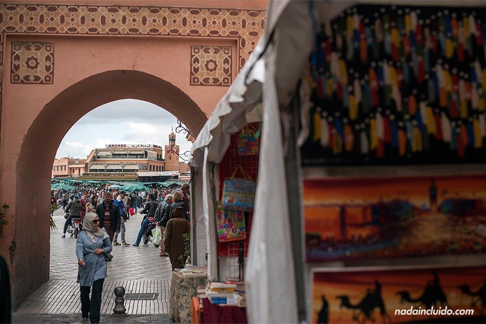 Callejón junto a la plaza Yamaa El Fna de Marrakech (Marruecos)