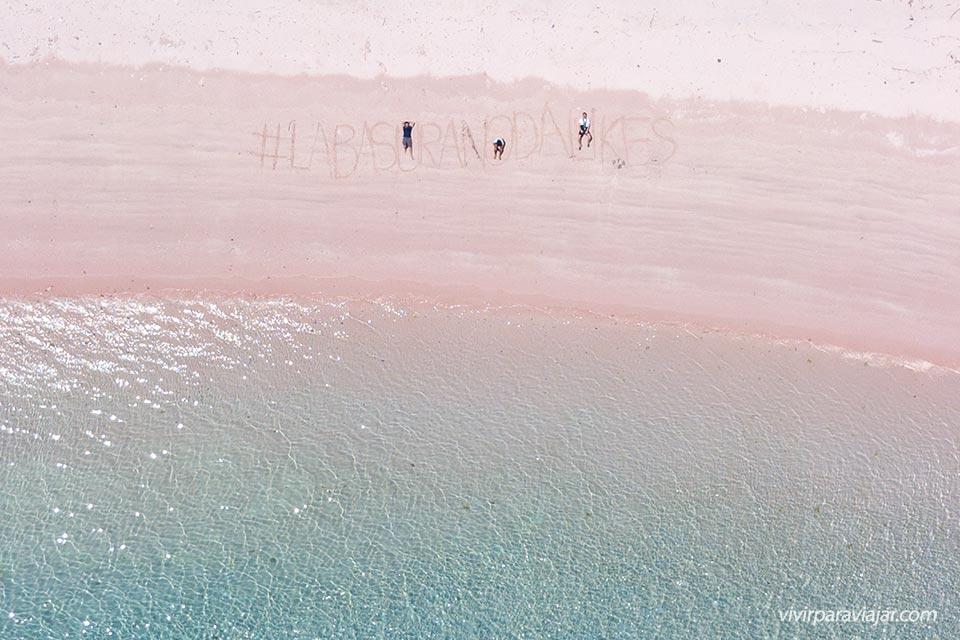 Labasuranodalikes en la playa Rosa del Parque Nacional de Komodo de Indonesia