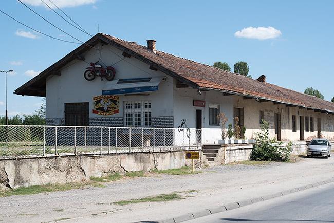 Fachada de un taller de motos en Bitola (Macedonia)