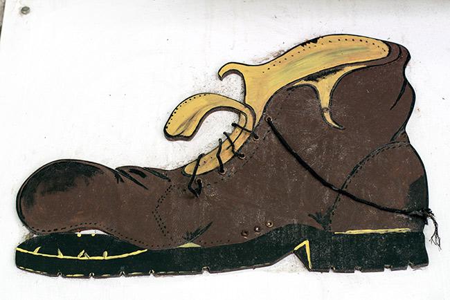 Cartel de una tienda de zapatos en Bitola (Macedonia)