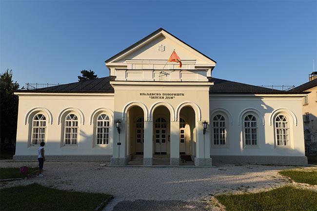 Fachada del teatro Zeski en Centije (Montenegro)