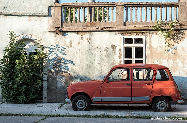 Coche antiguo en las calles de Cetinje (Montenegro)