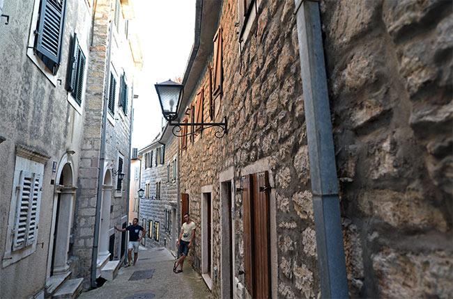 En una calle del Stari Grad de Herceg Novi (Montenegro)