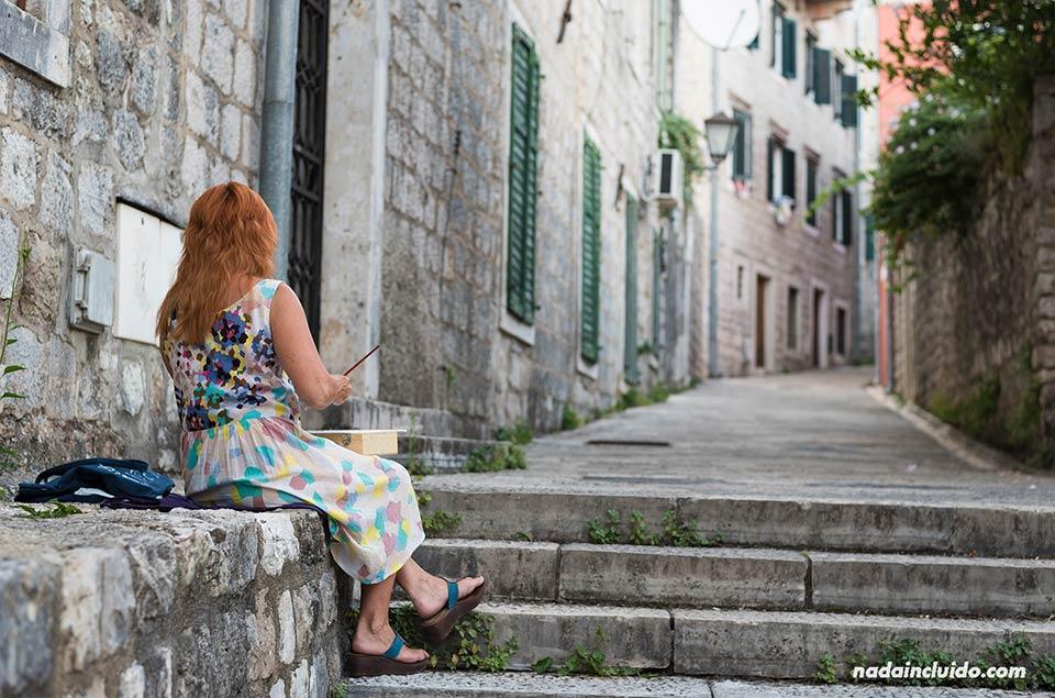 Pintora en el Stari Grad de Herceg Novi (Montenegro)