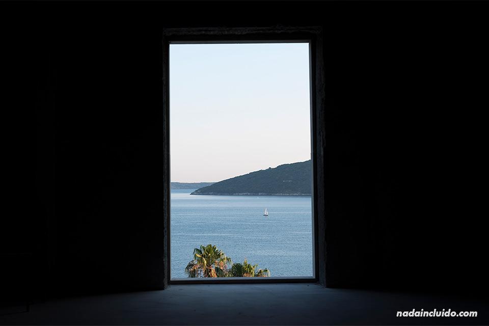 Ventana al mar en Herceg Novi (Montenegro)