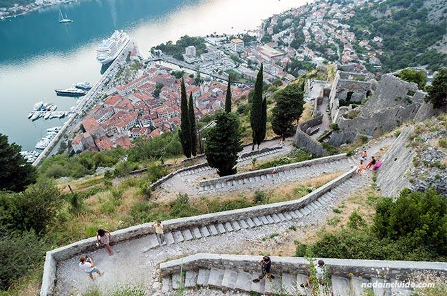 Subiendo al castillo de San Giovanni, Kotor (Montenegro)