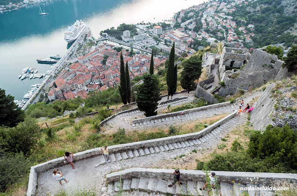 Escaleras al castillo de San Giovanni, Kotor (Montenegro)