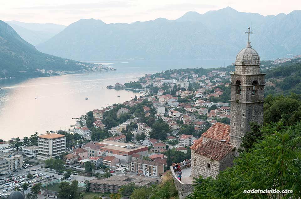 Vista de la bahía de Kotor desde la iglesia Our Lady of Health (Montenegro)