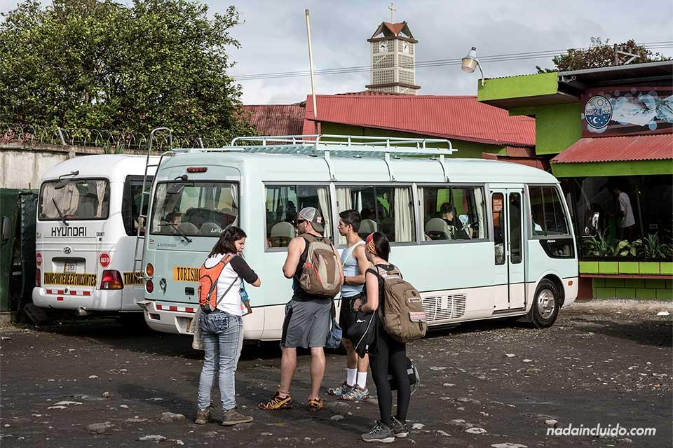 Esperando al minibus que nos llevaría de La Fortuna al Parque Nacional del Volcán Tenorio (Costa Rica)