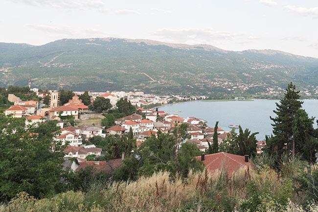 Vista desde lejos de Ohrid junto al lago del mismo nombre (Macedonia)