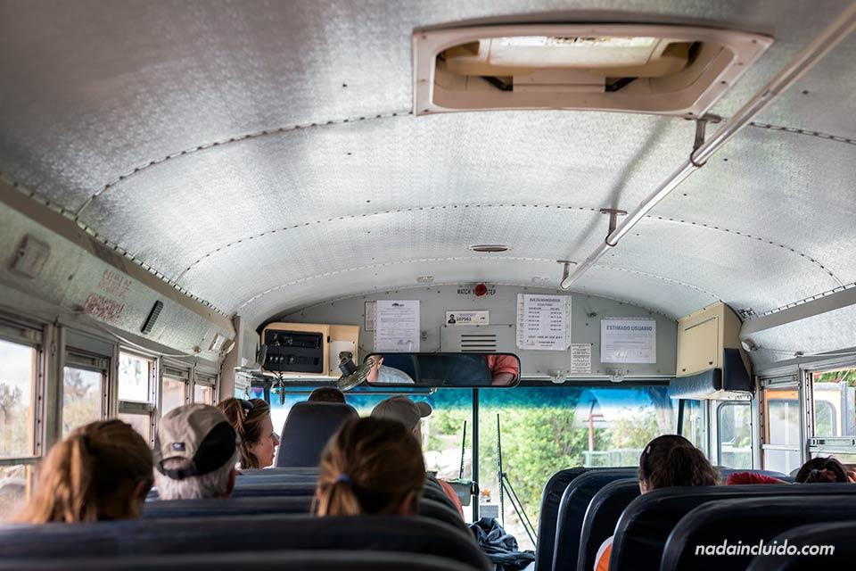 Interior del autobús que te lleva al Bosque Nuboso de Monteverde (Costa Rica)