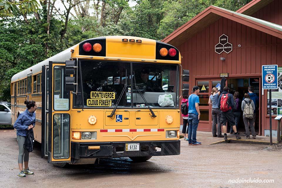 Autobús que te lleva de Monteverde al Bosque Nuboso de Monteverde (Costa Rica)