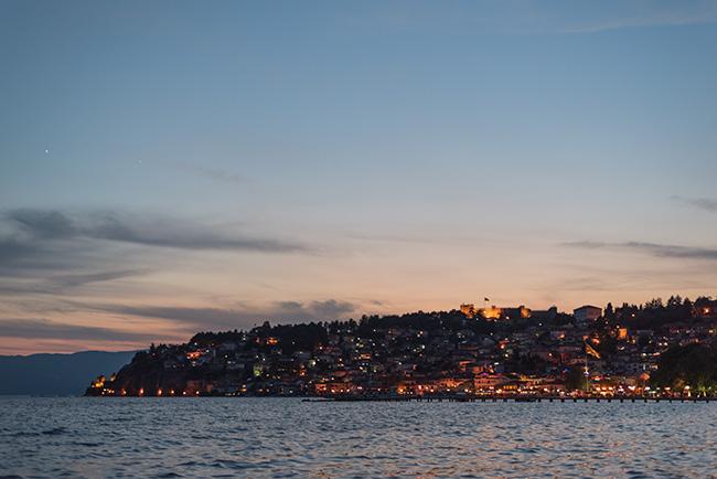 Vista nocturna de Ohrid desde lejos (Macedonia)