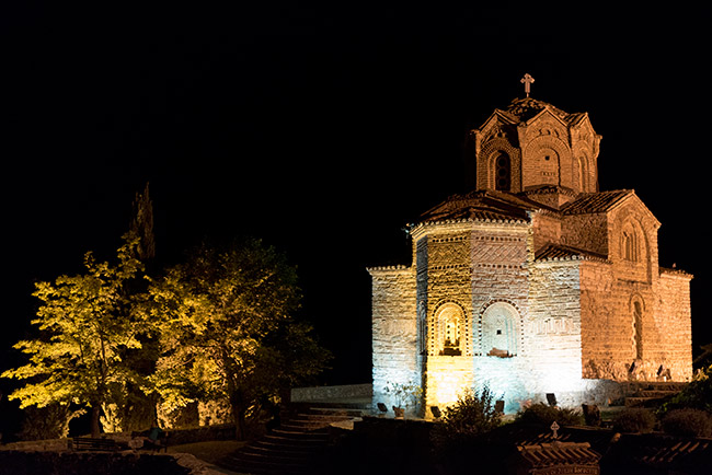 Iluminación nocturna de la Iglesia de St John at Kaneo de noche, Ohrid (Macedonia)