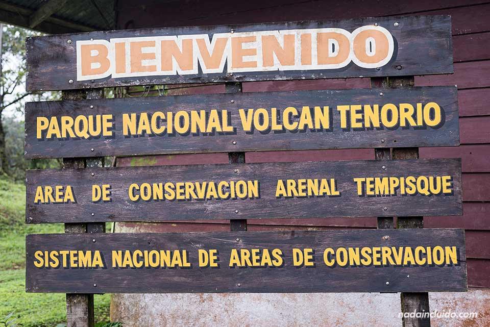 Cartel a la entrada del Parque Nacional Volcán Tenorio (Costa Rica)