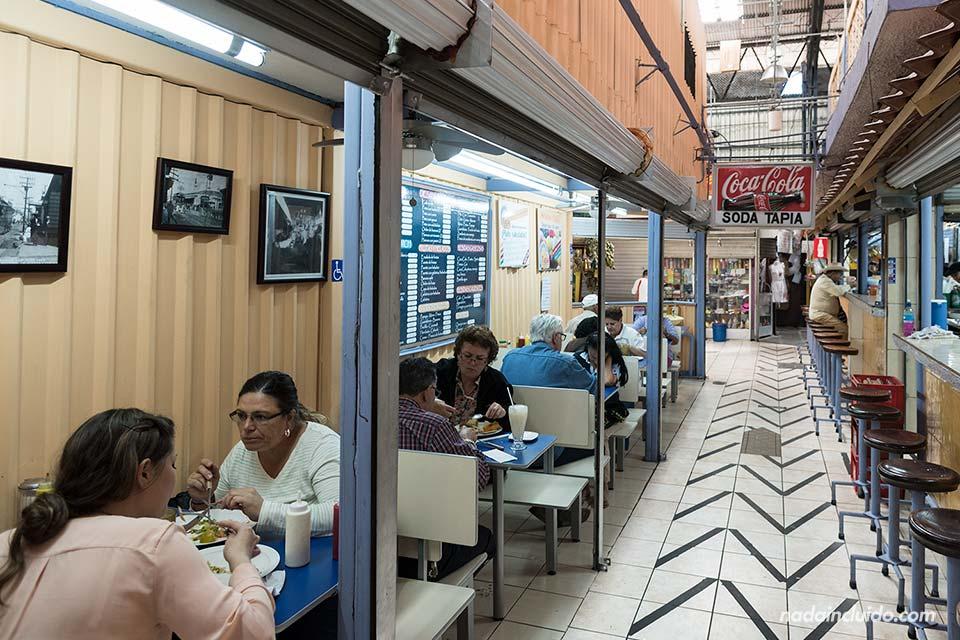 Un puesto de comida, soda, en el Mercado Central de San José (Costa Rica)