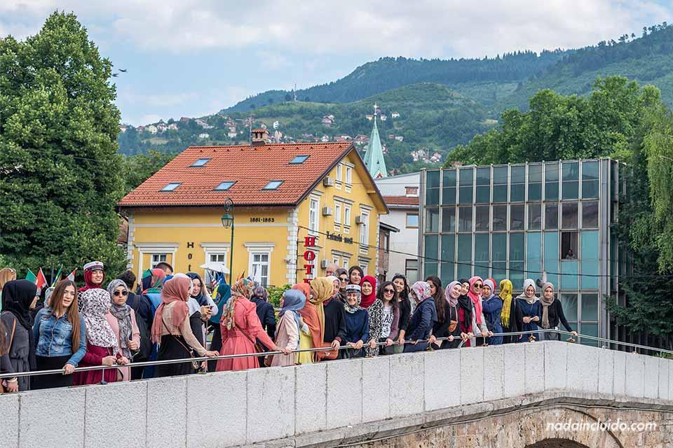 Grupo de musulmanas en el Latin Bridge de Sarajevo (Bosnia)
