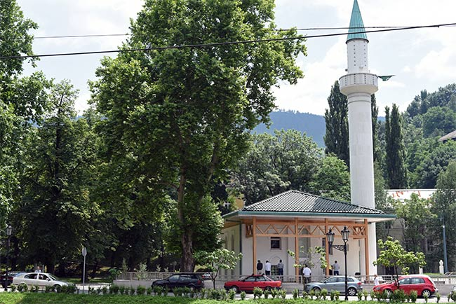 Mezquita junto a la orilla del río en Sarajevo (Bosnia)