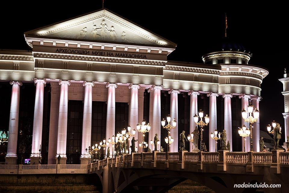 Iluminación nocturna del Museo Arqueológico Nacional de Skopje (Macedonia)