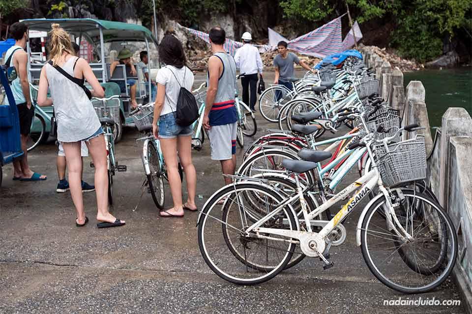 Alquiler de bicicletas en la aldea Viet Hai, Bahía de Lan Ha (Vietnam)