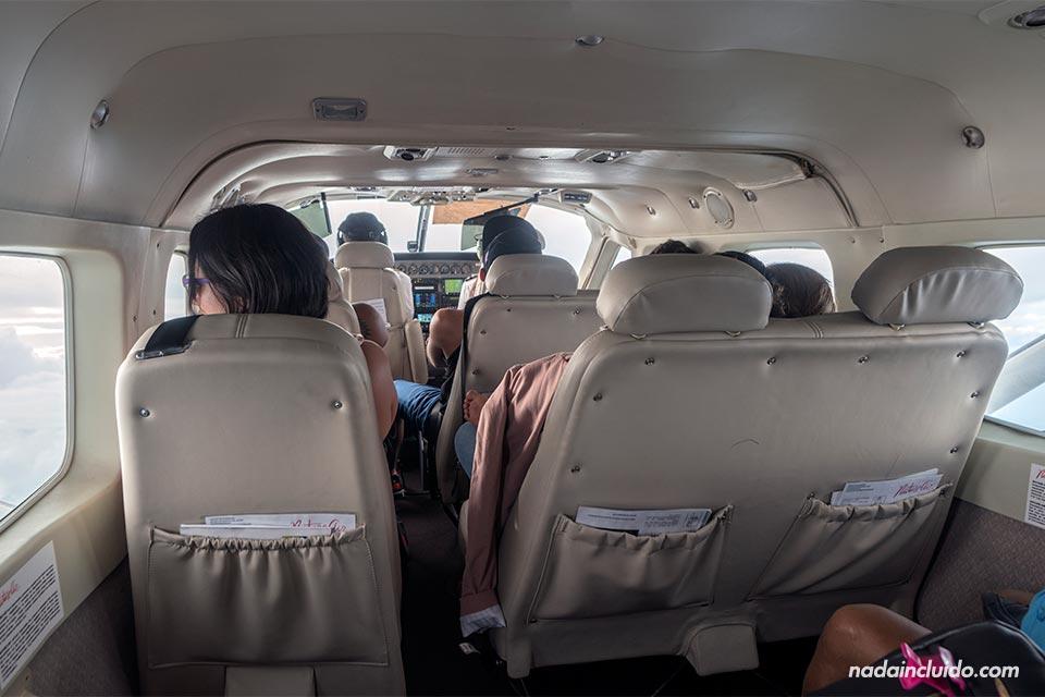Interior de un avión de la compañía Nature Air en la ruta Bocas del Toro (Panamá) - San José (Costa Rica