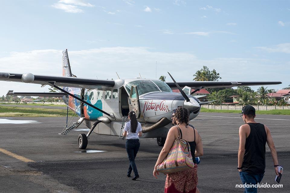 Avión de la compañía Nature Air en el aeropuerto de Bocas Town (Bocas del Toro, Panamá)