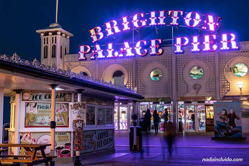 Iluminación nocturna del Palace Pier de Brighton (Inglaterra)