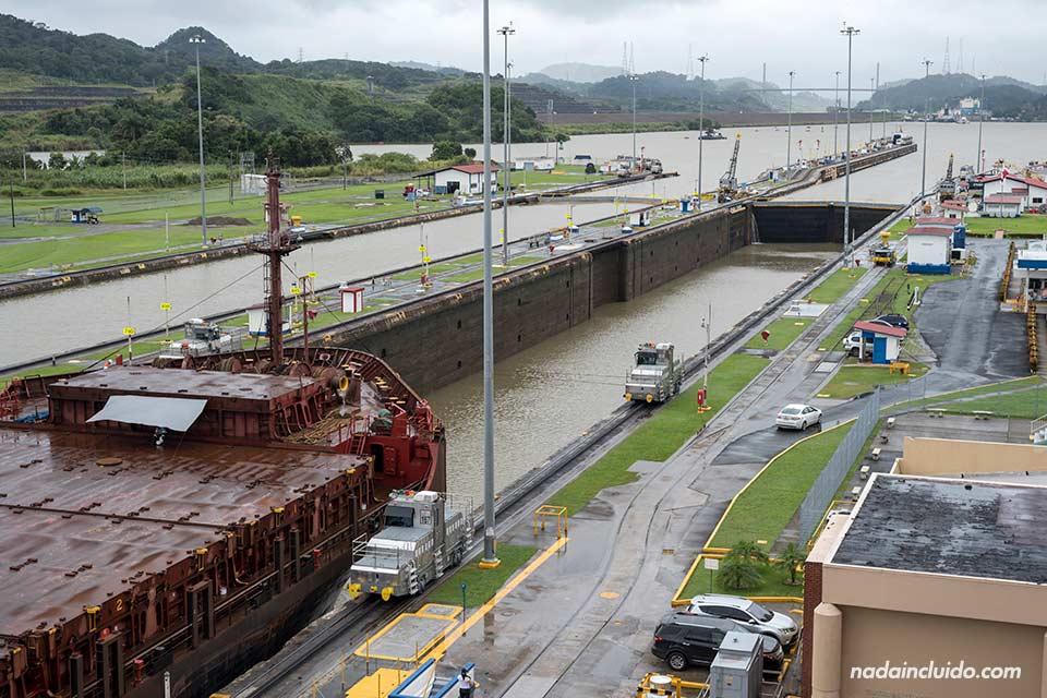 Barco saliendo de las esclusas de Miraflores del canal de Panamá
