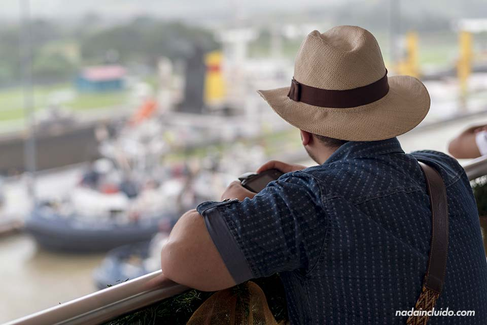 Turista en el centro de visitantes de Miraflores del canal de Panamá