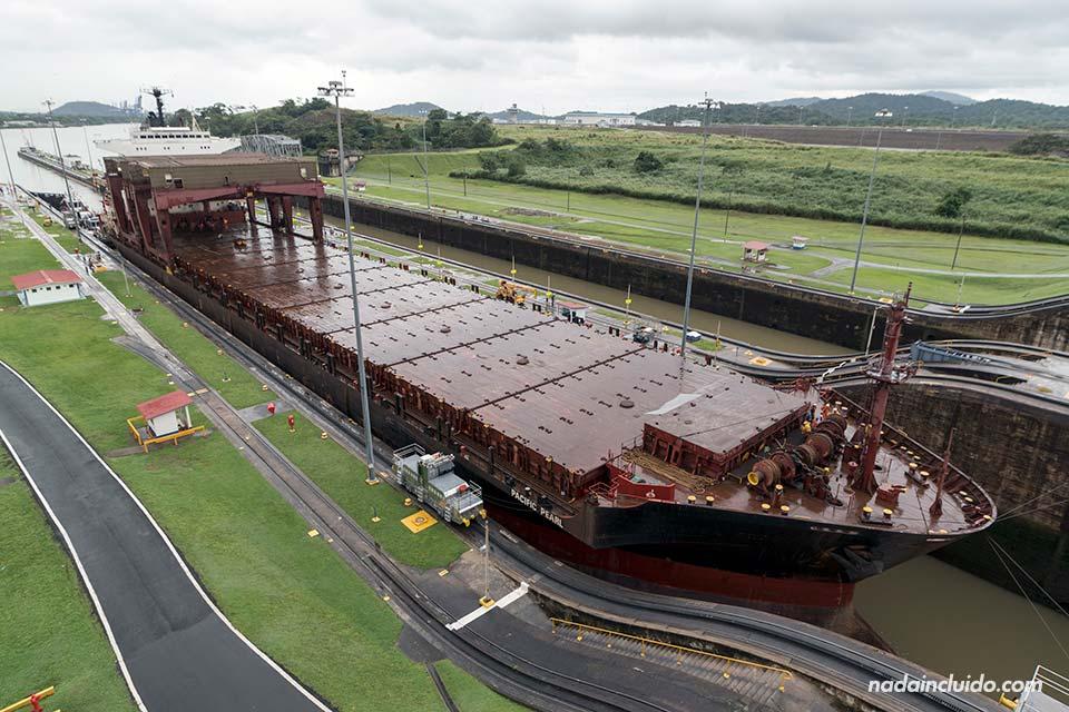 Barco entrando a las esclusas de Miraflores del canal de Panamá