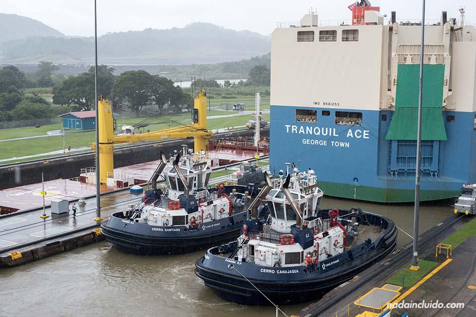 Barcos mula operando en las esclusas de Miraflores del canal de Panamá
