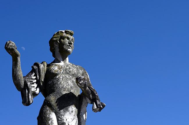 Estatua en el jardín del Castillo de Peles (Rumanía)