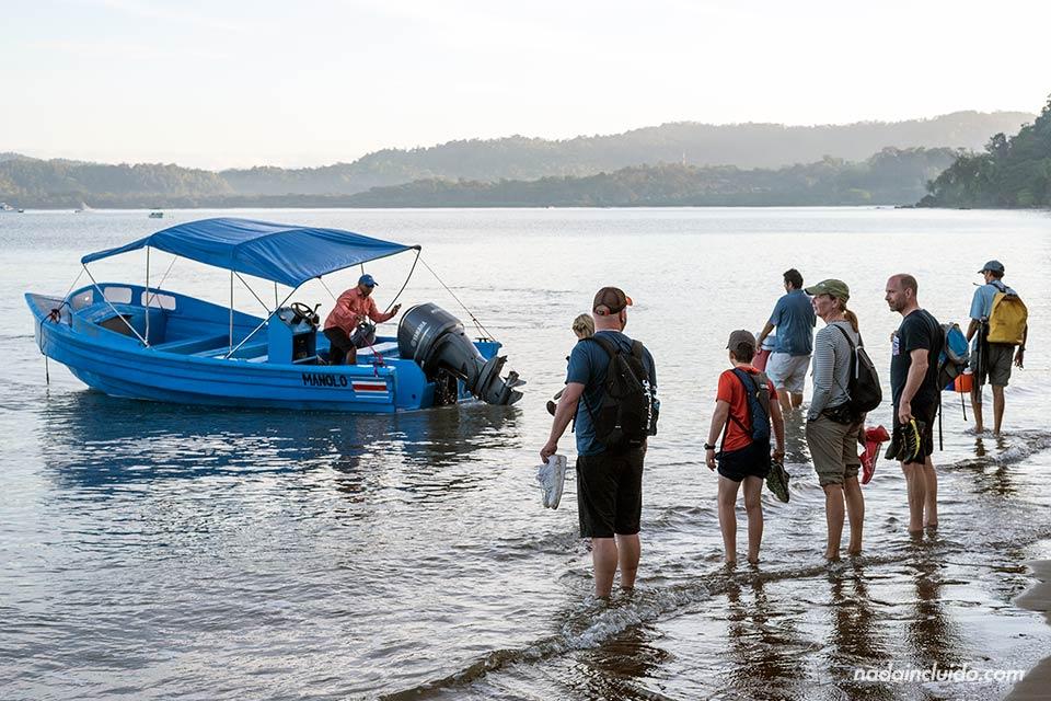 Turistas esperan para embarcar en el bote hacia el parque nacional de Corcovado (Costa Rica)