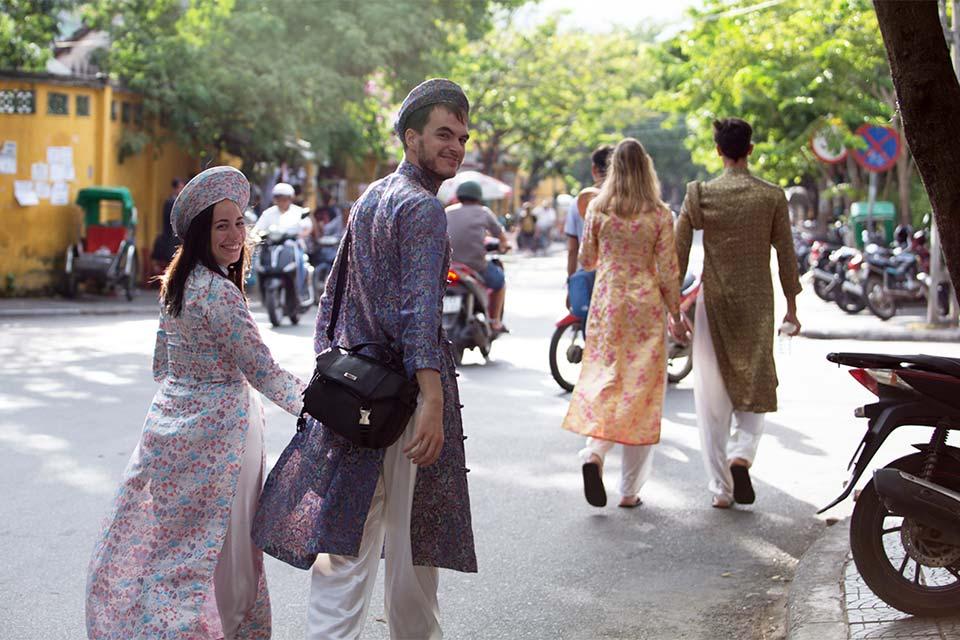 Paseando en pareja por Hoi An con traje tradicional Ao Dai