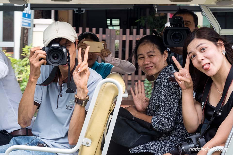 El equipo de Hoi An Express nos fotografía y nos graban desde un coche eléctrico en Hoi An (Vietnam)