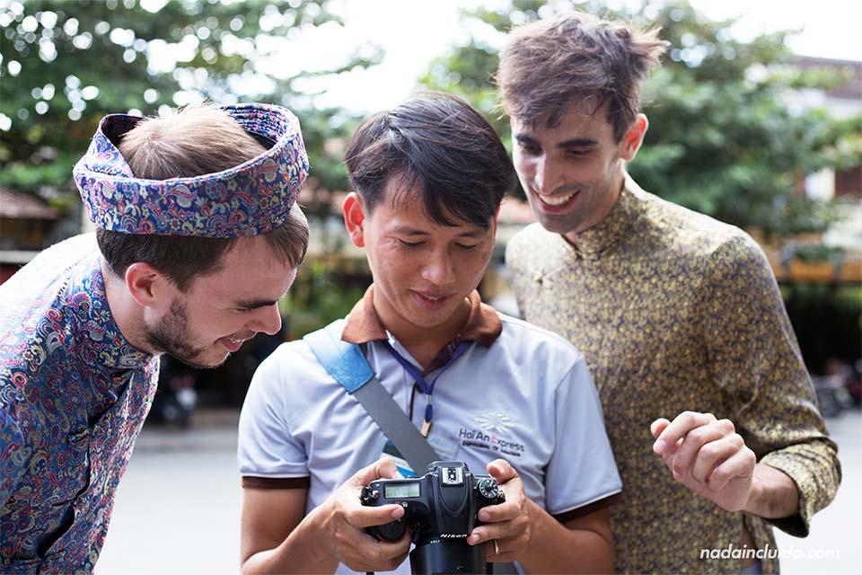 Un guía de Hoi An Express nos enseña una foto con nuestro traje tradicional Ao Dai (Vietnam)