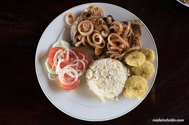 Chuleta encebollada con arroz en la Isla de Ometepe (Nicaragua)