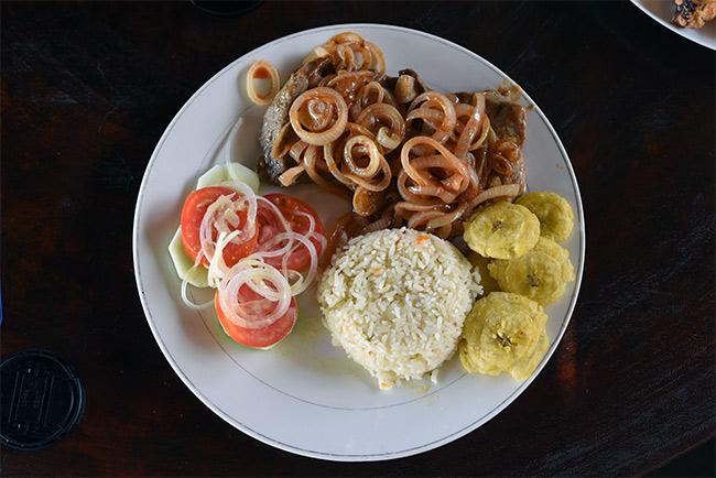 Plato de carne encebollada en la Isla de Ometepe (Nicaragua)