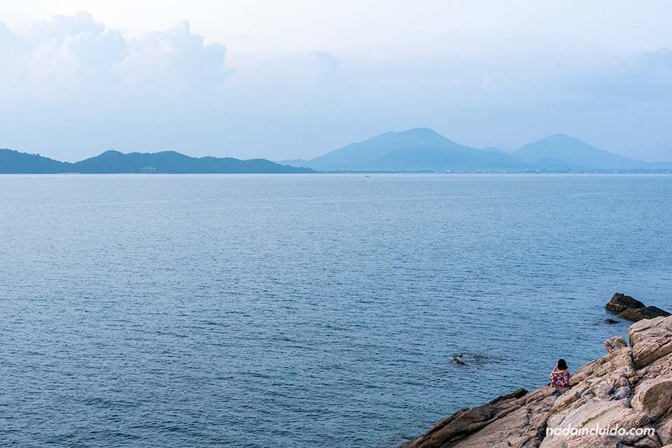 Mirador al atardecer en la isla de Koh Samet (Tailandia)