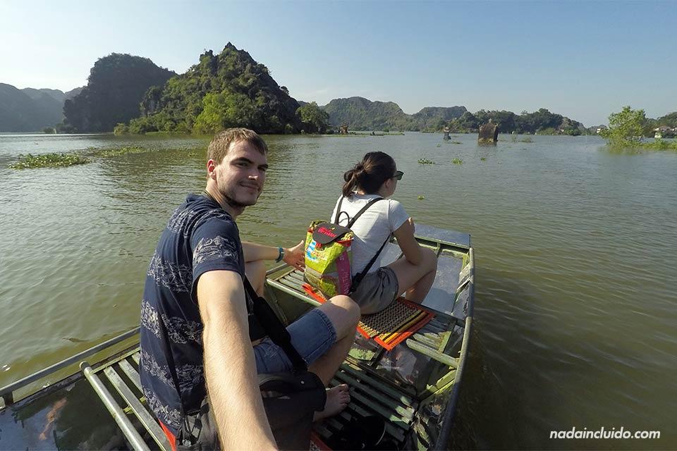Yendo en barca hacia las Mua Caves, Ninh Binh (Vietnam)