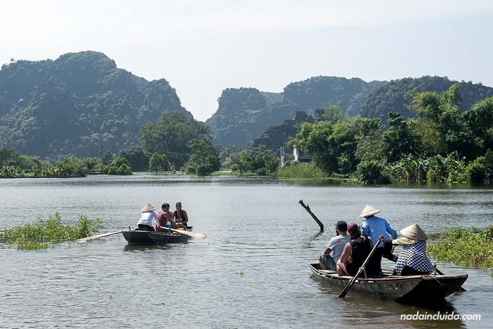 Dos barcas de remo se dirigen a las Mua Caves, en Ninh Binh (Vietnam)