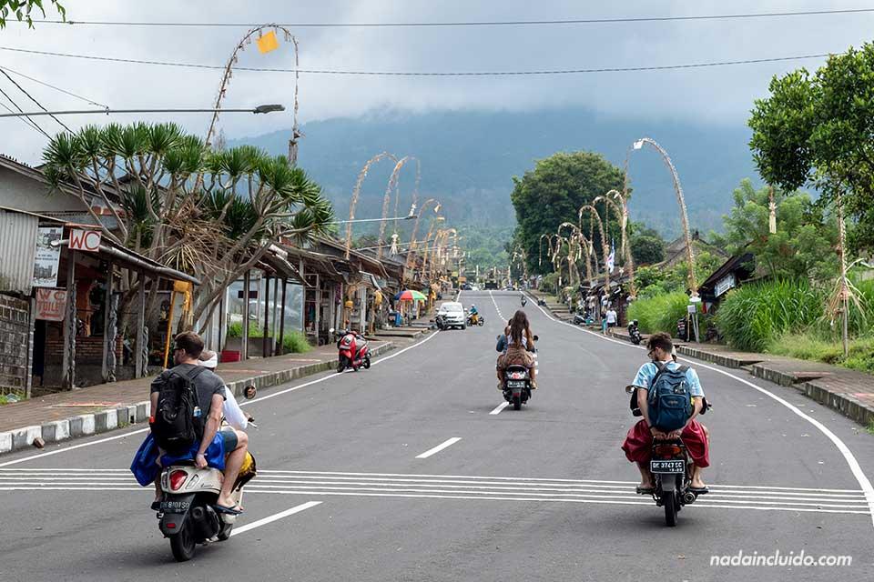 Subiendo al Pura Besakhi en moto (Bali, Indonesia)