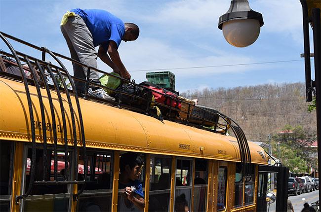Maletas en el techo del autobús que va de San Juan del Sur a Rivas (Nicaragua)