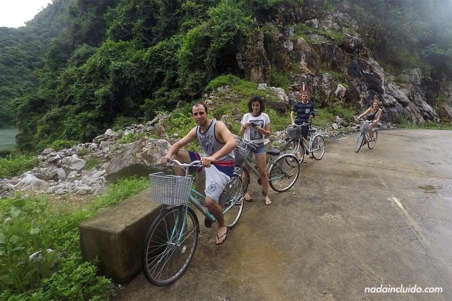 Recorriendo en bicicleta la aldea Viet Hai, en la Bahía de Lan Ha (Vietnam)
