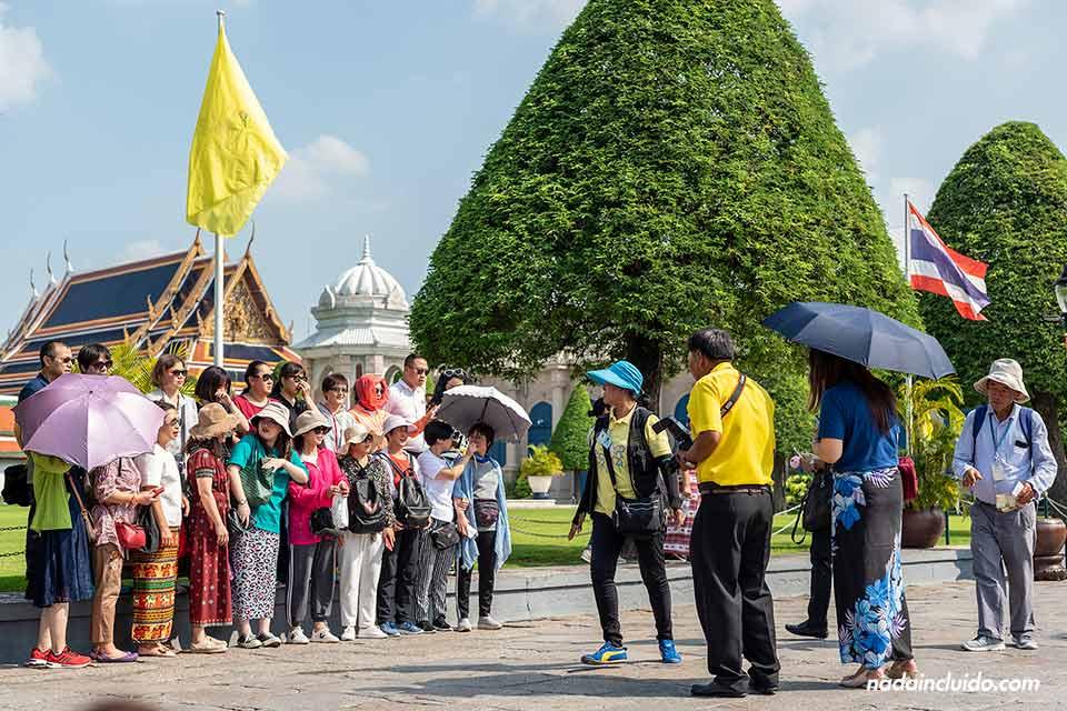 Turistas en el Gran Palacio (Grand Palace) de Bangkok (Tailandia)