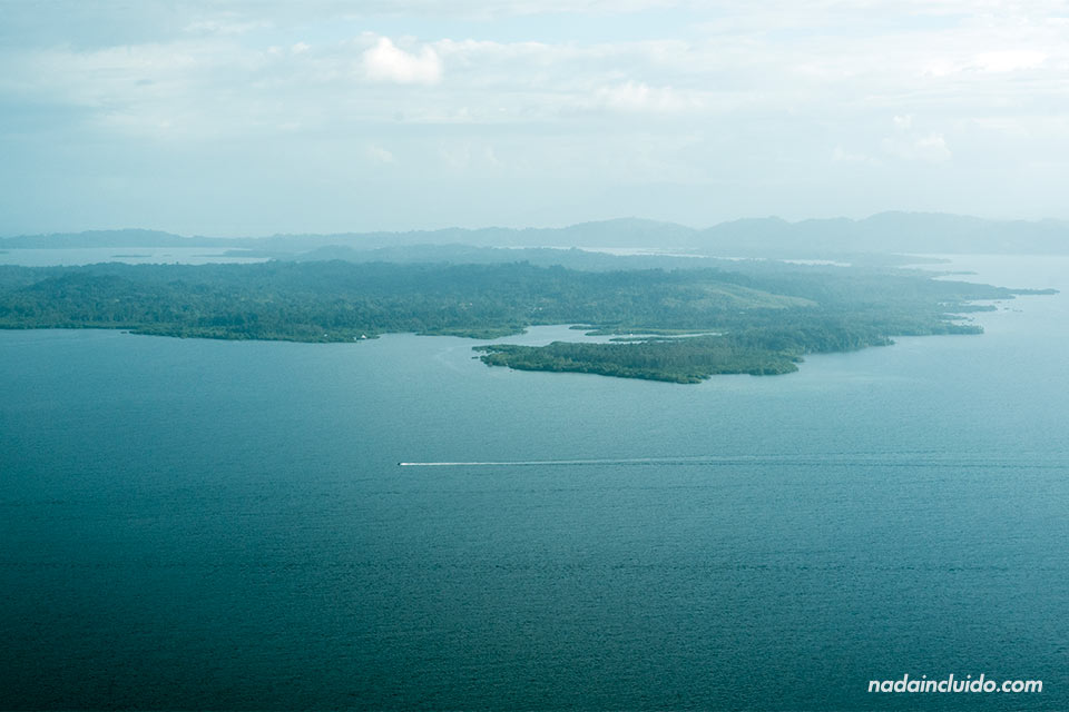 Vista del archipiélago de Bocas del Toro desde el avión (Panamá)