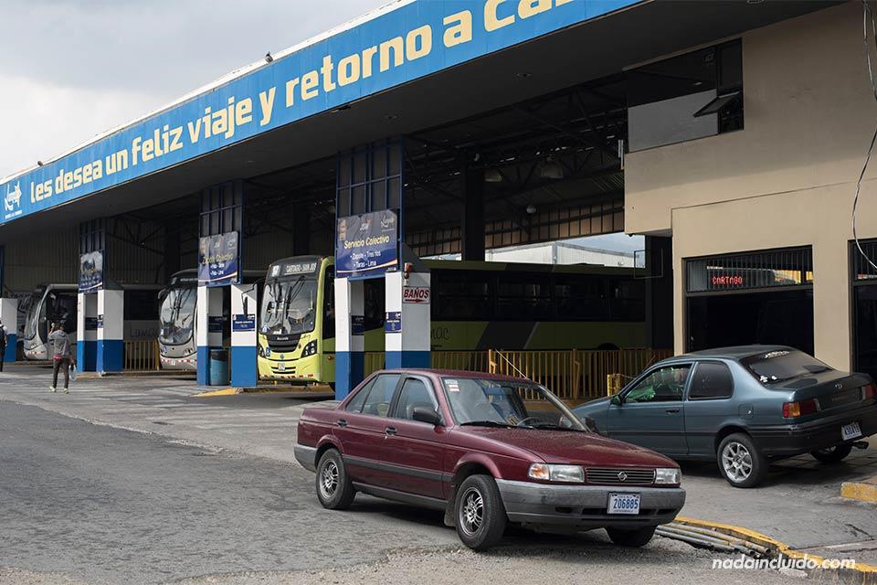 Estación de autobuses Lumaca. Los autobuses conectan las ciudades de San José y Cartago (Costa Rica)